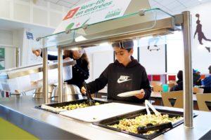 élèves devant un buffet pendant le déjeuner