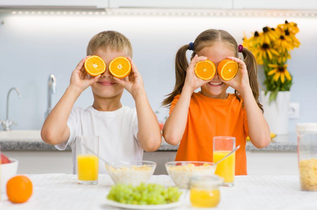 deux enfants prenant leur petit déjeuner