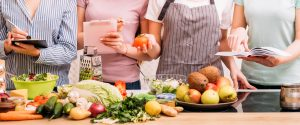 quatre femmes qui confectionnent des menus équilibrés