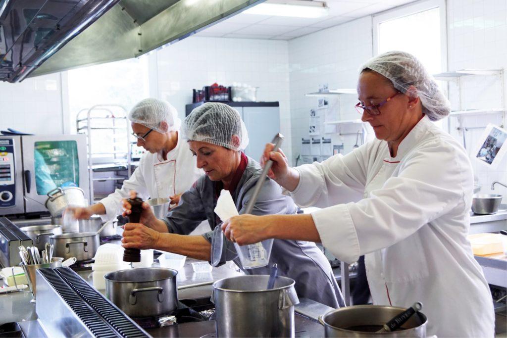 trois commis en cuisine d'application