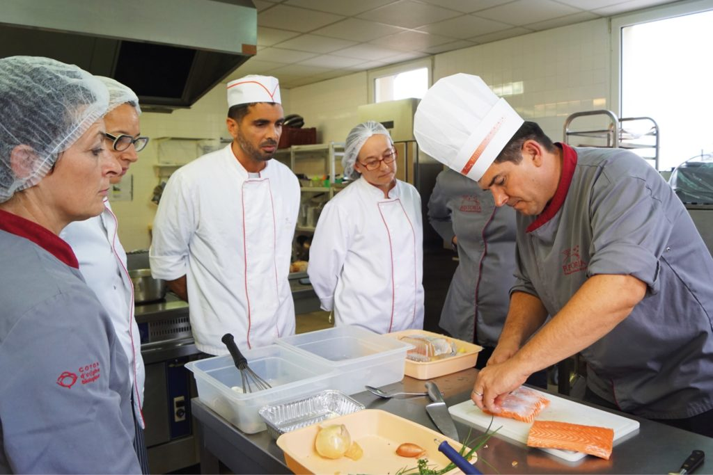 élèves autour d'un formateur en cuisine d'application