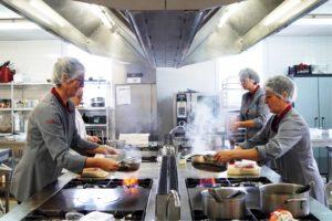quatre cuisinières en cuisine d'application