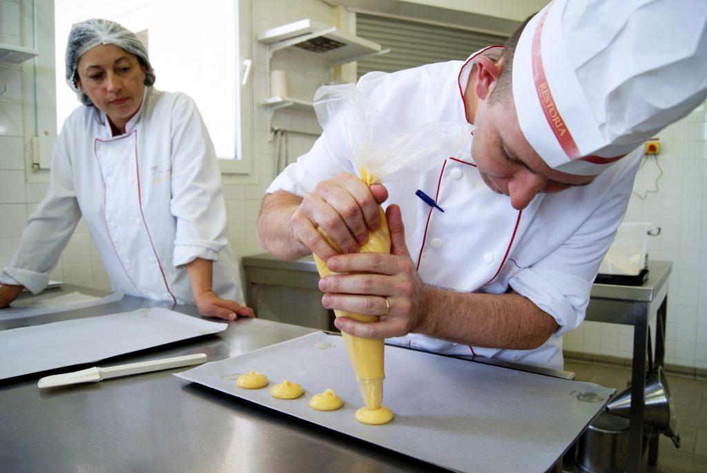 pâtissier confectionnant des pâtisseries en grand volume