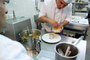 cuisinier composant un plat à texture modifiée et enrichie