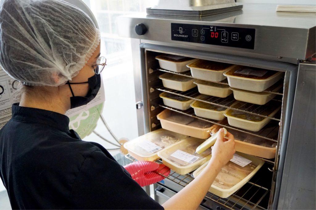 employée de restauration collective maîtrisant les pratiques hygiène en cuisine satellite