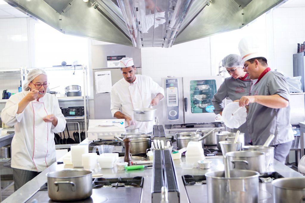 Quatre cuisiniers en cuisine d'application