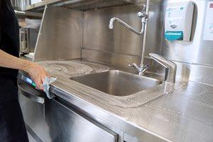 Nettoyage et désinfection d'un plan de travail en restauration collective