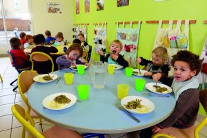 enfants à table à la cantine
